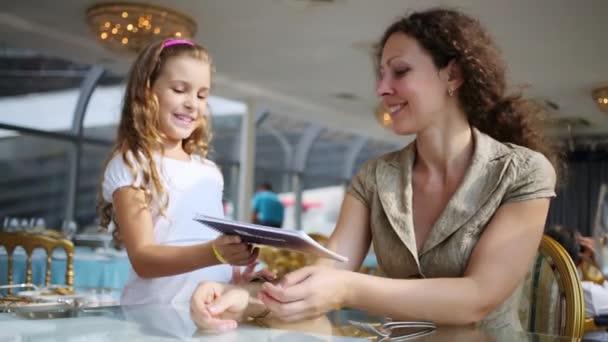 Číšník a dcera bere menu pro matku