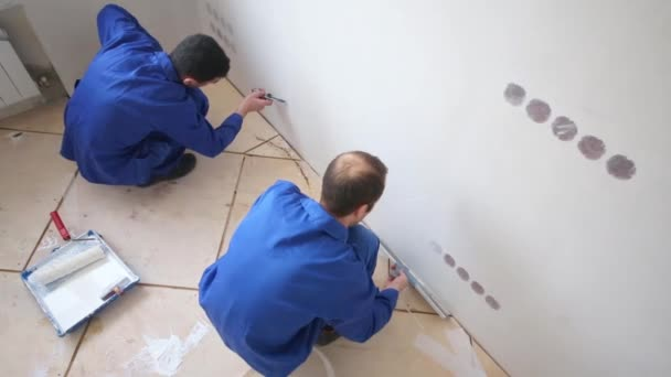 Pracovní nátěry lepidlo na zdi, pracovník Trim laminát