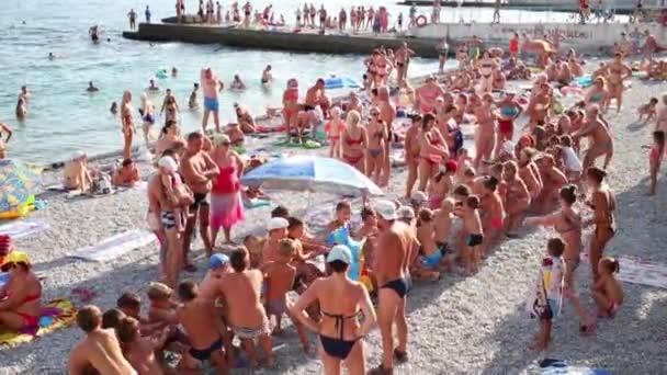 Děti přetahovanou na pláži na Krymu