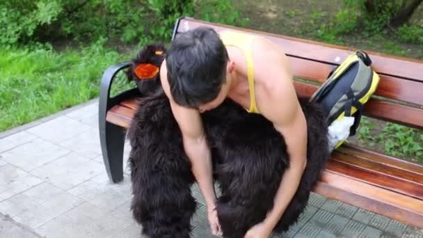 Fiatal srác hozza egy medve ruha