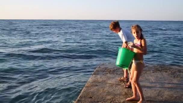 Chlapec s prut rybaření v moři