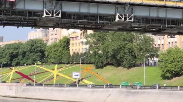 Moderní most a auta pohybující se na nábřeží v městě