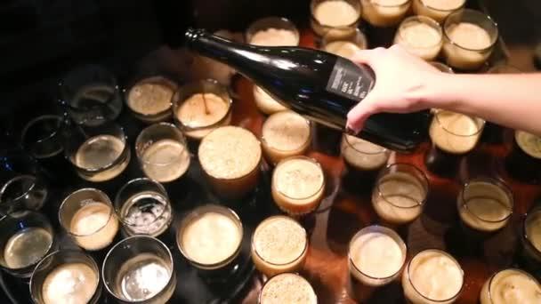 Ženská ruka nalévá pivo