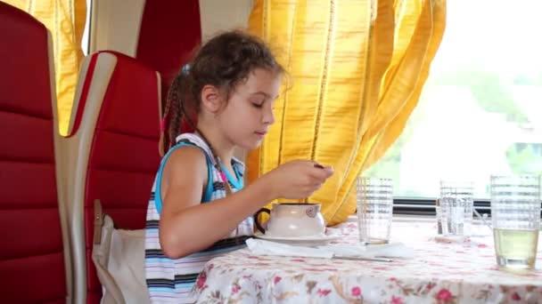 Девушка кушает видео фото 626-736