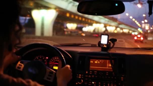 mladá žena jedoucím autě