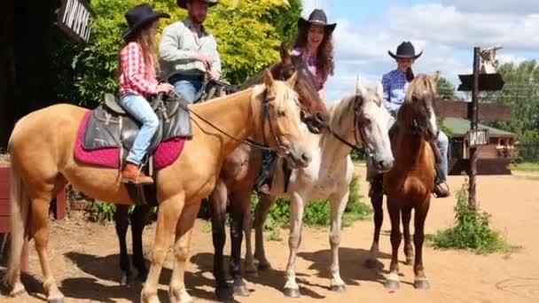 Családi ül a lovak közelében a szalon