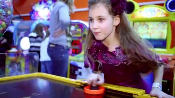 Malá holčička hraje vzdušný hokej