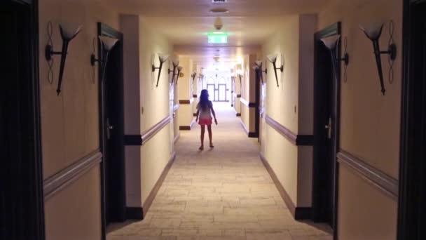 Женщина разделась в прихожей видео фото 354-734
