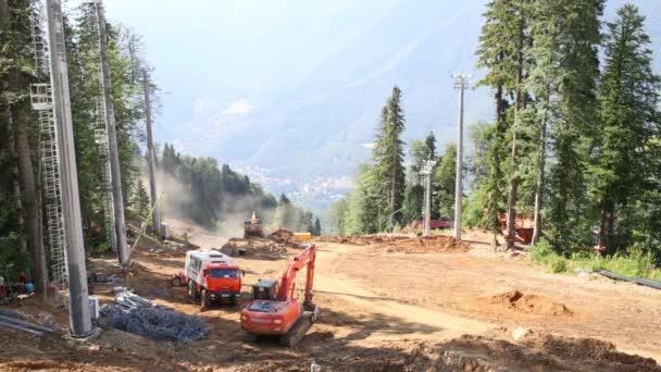 Stavební stroje a zařízení na staveništi pro novou lanovku