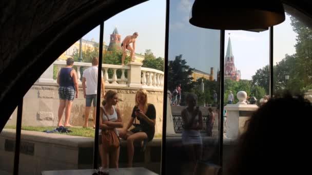 člověk ponoří do kanálu na Manéžního náměstí