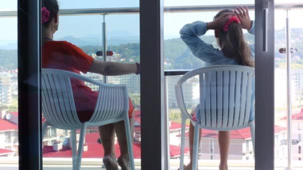 Žena a dcera na balkóně