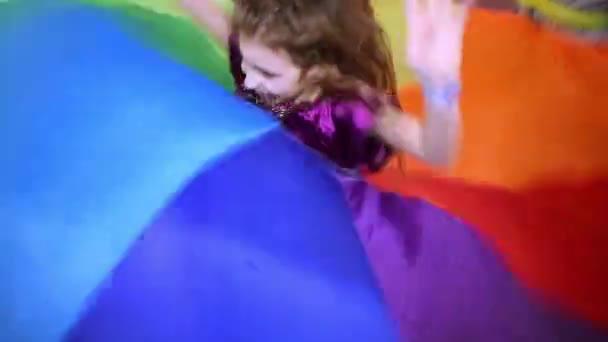 dívka skáče v centru mávání hadříkem