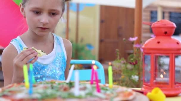 malá dívka foukání svíčky