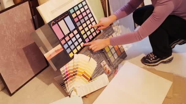 žena si vybrat barvy z palety rukou člověka