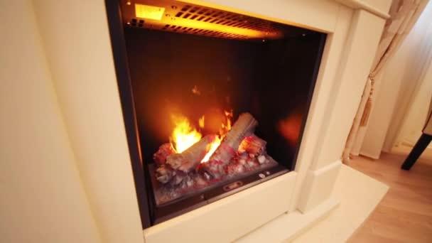 Tafel Met Haard : Open haard met het branden van logboeken en tafel met stoelen in