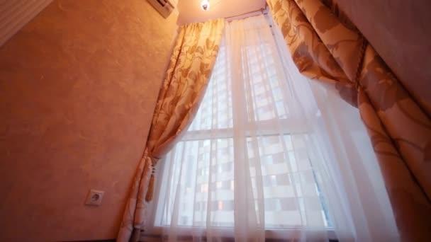 Finestra ad angolo con tende nella stanza vuota