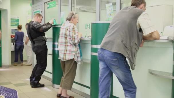 Lidé na windows operátorů v oddělení Sberbank