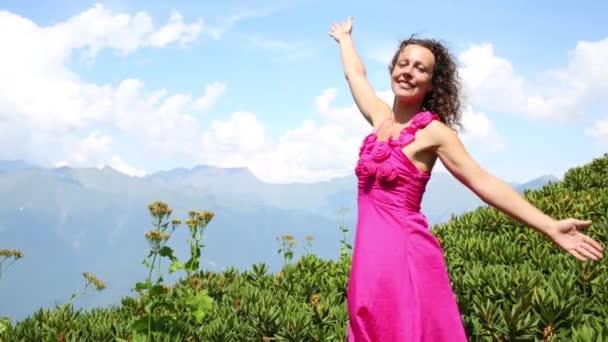 Šťastná žena pózy v horách