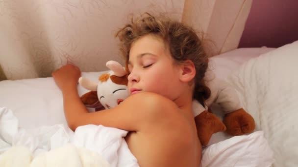 Bella ragazza dorme nel letto