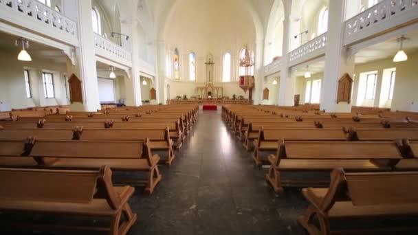 Bänke und Kruzifix in evangelisch-lutherische Kathedrale