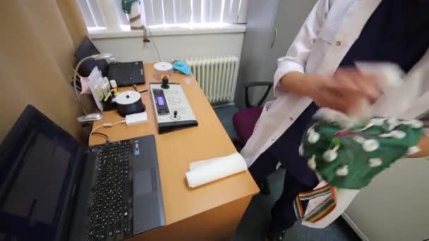 Arzt saubere Kappe für Elektroenzephalographie