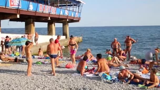 Lidé opalování na pláži v Krym, Ukrajina