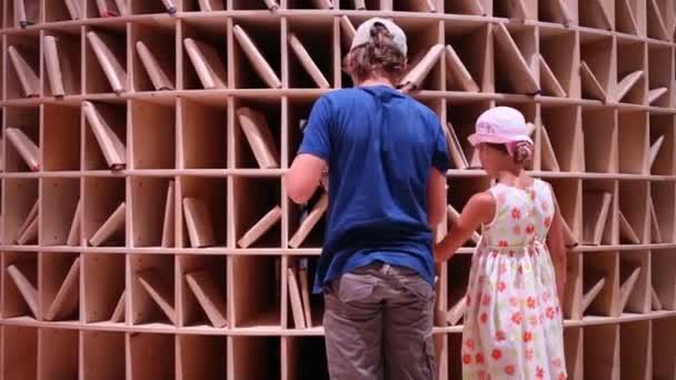 chlapec a dívka stojí poblíž regály