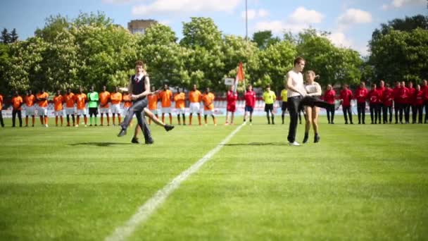 Dvojice tanec a fotbalové týmy stojan