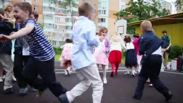 Vermittler und werfen Papierkinder auf Spielplatz