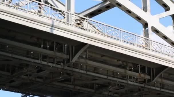 Moderní most s robustní konstrukcí