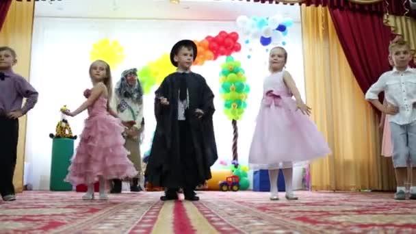 Hexe und Kinder tanzen bei Kinderfest