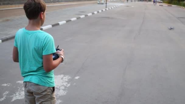 Junge lernt Quadrokopter zu steuern