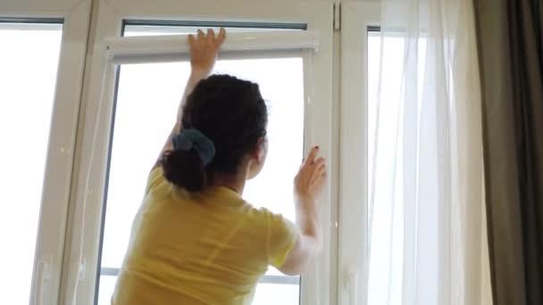 Zadní zavěšení rolety mladá žena