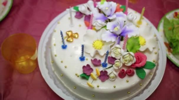 Narozeninový dort zdobený krémem