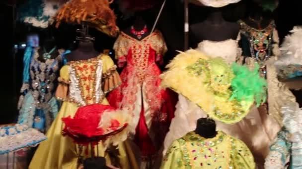 viele altmodische Kleider mit Hüten mit Federn