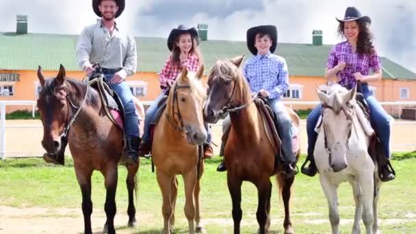 Rodina na koni proti squatu budovy