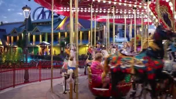 Děti na karuselu