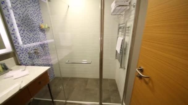 koupelna se sprchovým koutem a bílé umyvadlo