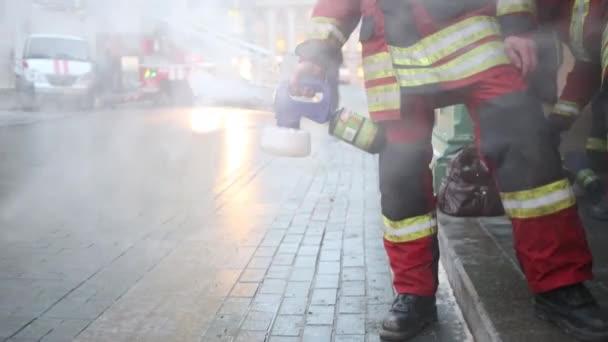 Dva hasiči vyhodit bílý kouř
