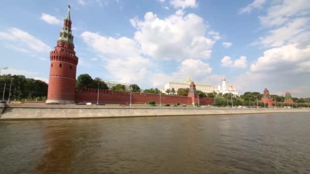 staré červené stěny a věže z Kremlu