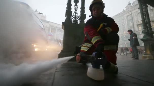 muž fouká kouř na požární cvičení
