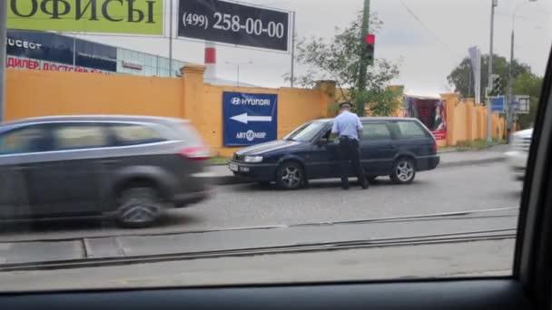 Beszél a vezető közlekedési rendőr