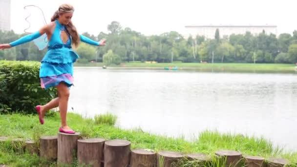 tündér öltöztetése a lány fut a tuskók