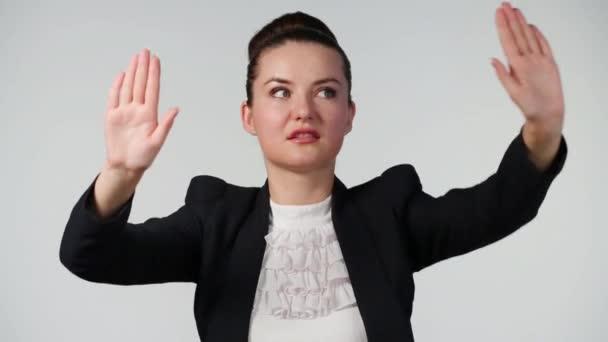 dívka pohybující se ruce
