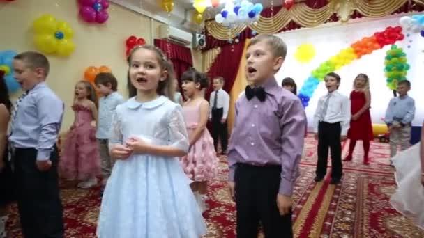Kinder treten beim Fest im Kindergarten auf