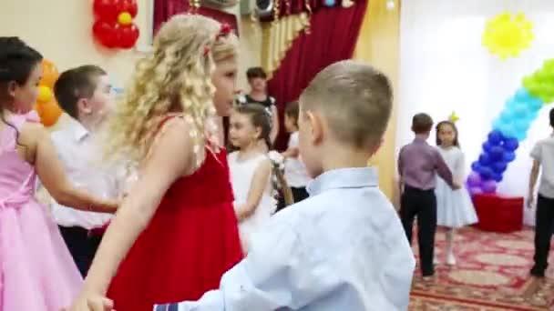 Jungen und Mädchen tanzen paarweise in den Kindergartenferien