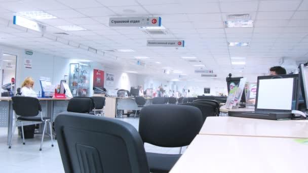 Vásárlók megy az autó márkakereskedés Automir irodájában