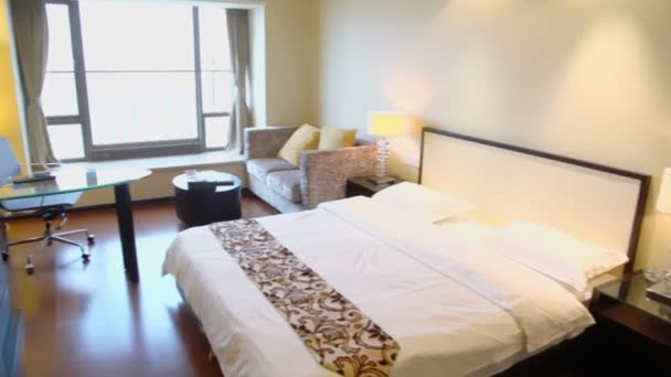 Lege slaapkamer met tv-toestel — Stockvideo © Paha_L #60006437