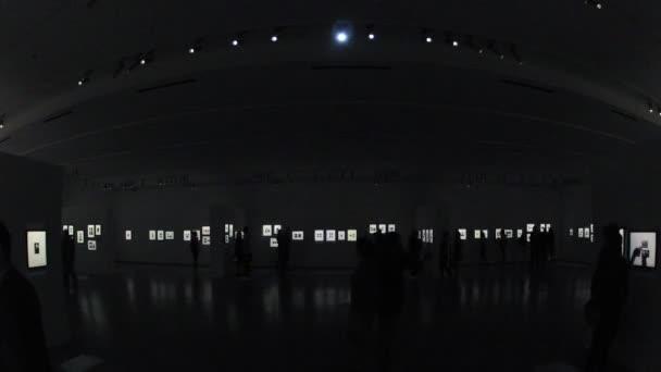 Návštěvníci se fotografie na výstavě