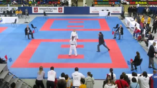 Két lány, a karateka részt párbaj